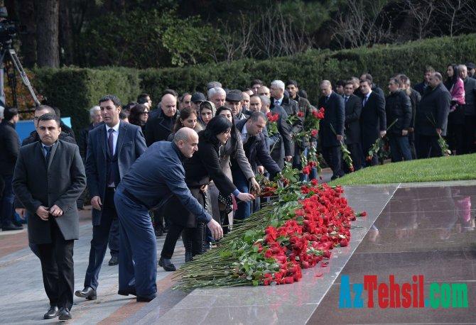 Təhsil işçiləri ümummilli lider Heydər Əliyevin məzarını ziyarət ediblər