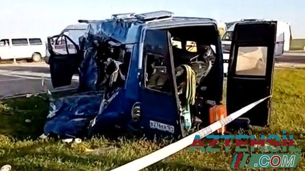 """Mektebliləri daşıyan mikroavtobus """"Kamaz""""la toqquşub: Beş ölü, yeddi yaralı – VİDEO"""