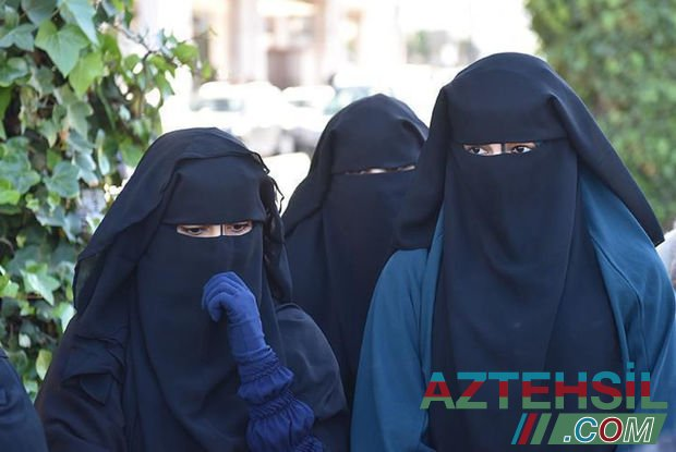 """""""Taliban"""" tələbələrə qadağa qoydu: Oğlanlarla qızların arasına pərdə çəkildi – FOTO"""